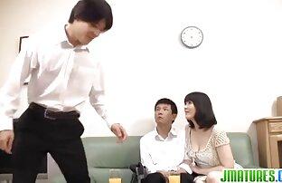 Ein Mann auf einem Stuhl, eine breitschultrige Frau pornos reif mit einem großen Arsch