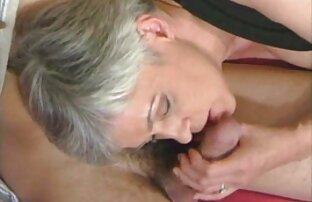 Ein Mann geile reife pornos schlägt in der Kehle seiner Frau im Schlafzimmer