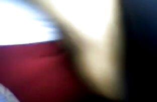 Leidenschaftliche masturbation auf dem sex filme mit alten damen Bett vor der webcam,